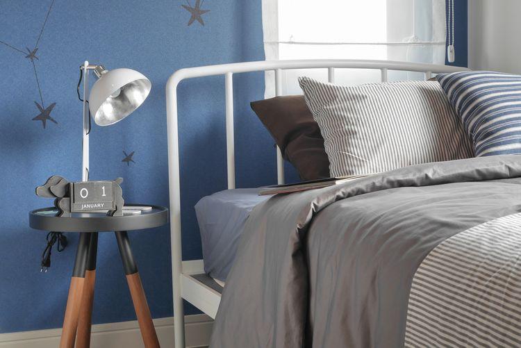 Ložnice s modrou stěnou a hvězdami
