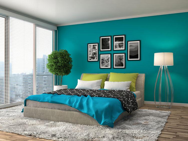Ložnice s tyrkysovou stěnou