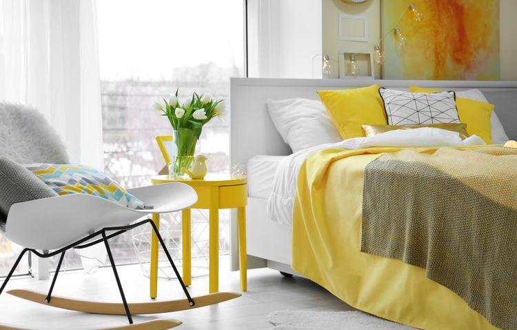 Žlutá ložnice s houpacím křeslem