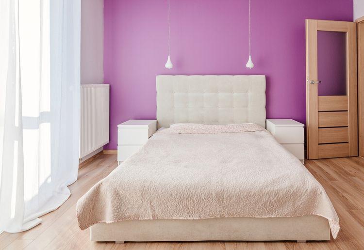 Ložnice s fialovou stěnou