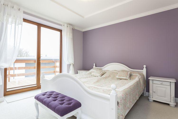 Ložnice s fialovými detaily