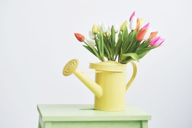 Žlutá váza ve tvaru konvice