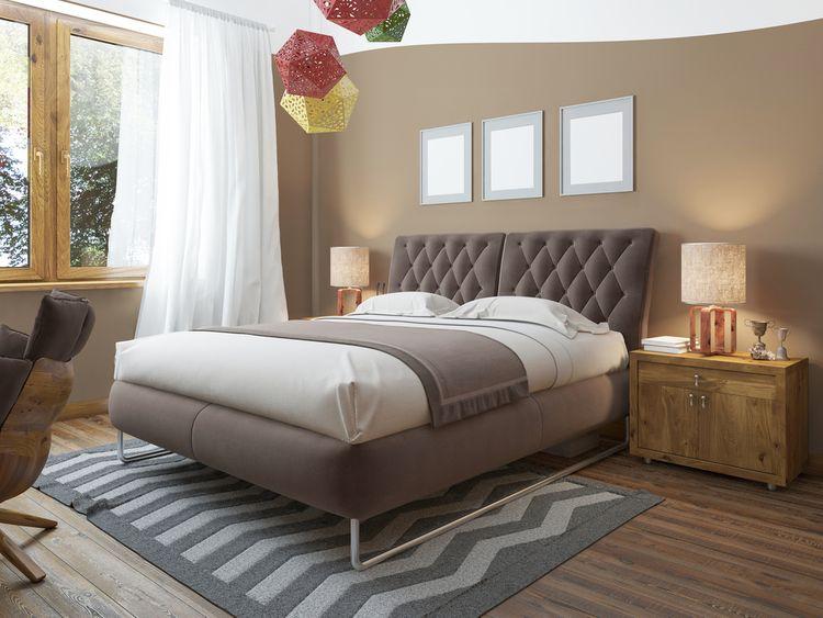 Ložnice s hnědými stěnami a barevným lustrem