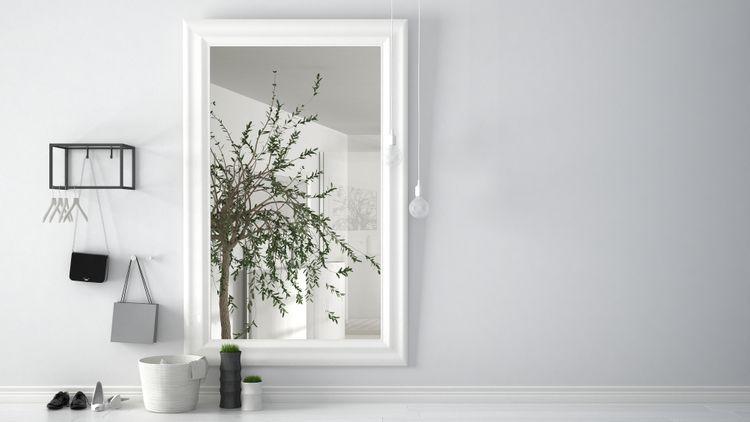 Zrcadlo s bílým rámem v předsíni