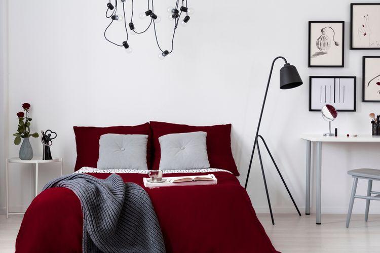 Bílá ložnice s postelí burgundské barvy