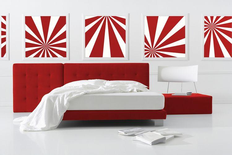 Ložnice s červeno-bílými obrazy a červeným záhlavím