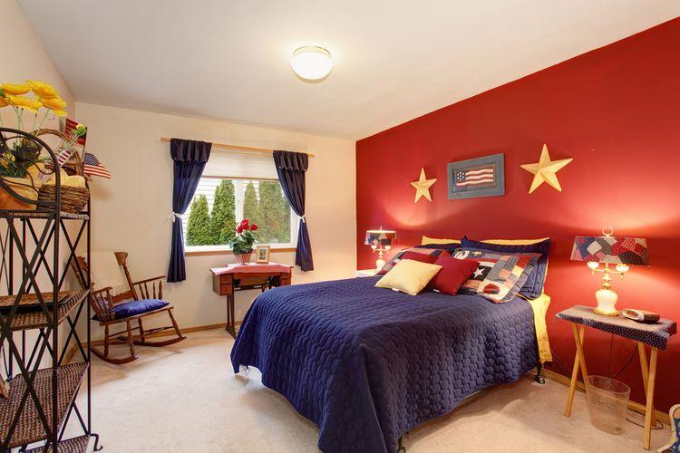 Modro-červená ložnice s modrými závěsy