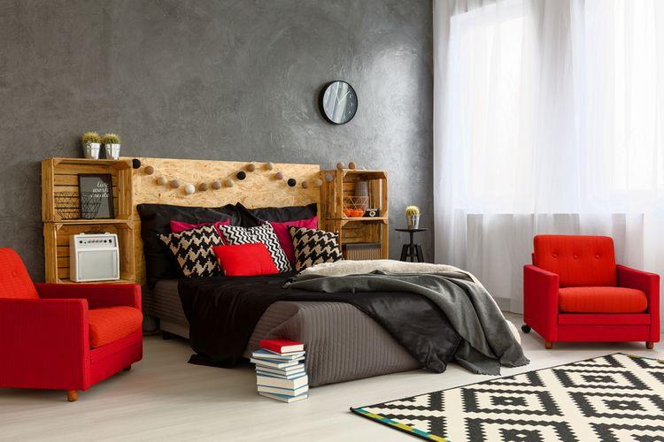 Ložnice s červenými detaily, křesly a polštáři