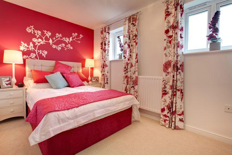 Bílo-červená ložnice se závěsy s červenými květy