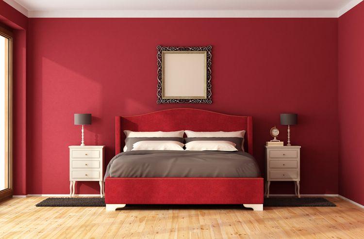 Červená ložnice - s červenou stěnou a postelí s šedými doplňky