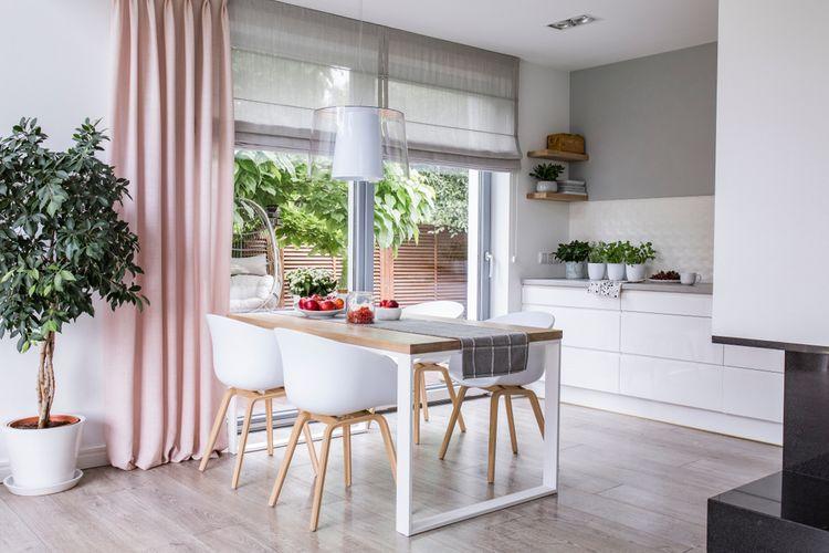 Růžové závěsy v kuchyni