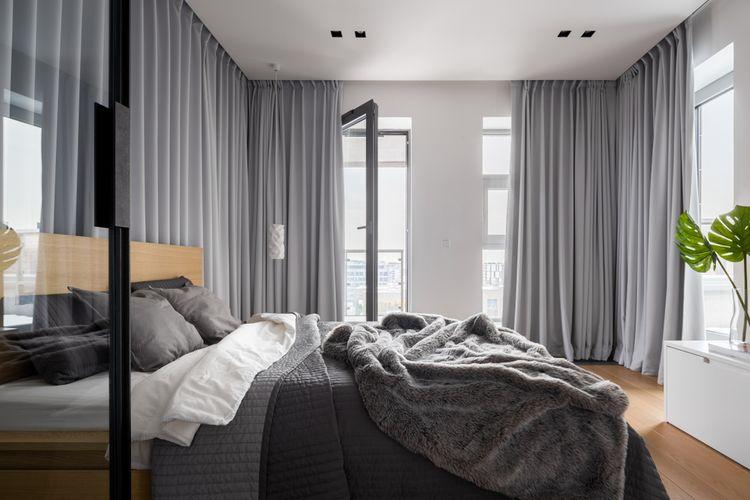 Šedá ložnice s šedými závěsy