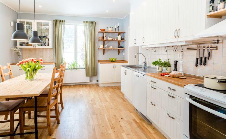 Retro kuchyň se zelenými závěsy