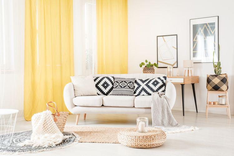 Bílá obývací pokoj se žlutými závěsy
