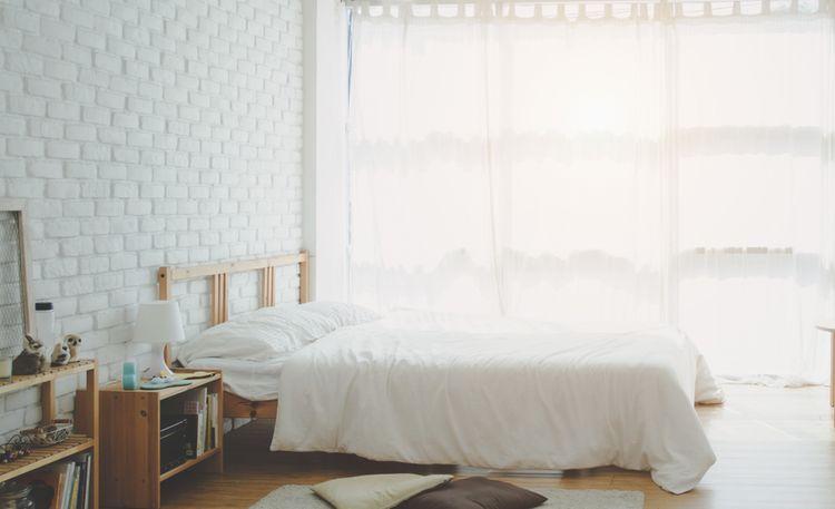 Bílá ložnice s dřevěnými detaily