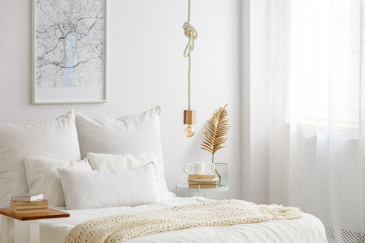 Bílá ložnice s krémovými a zlatými detaily