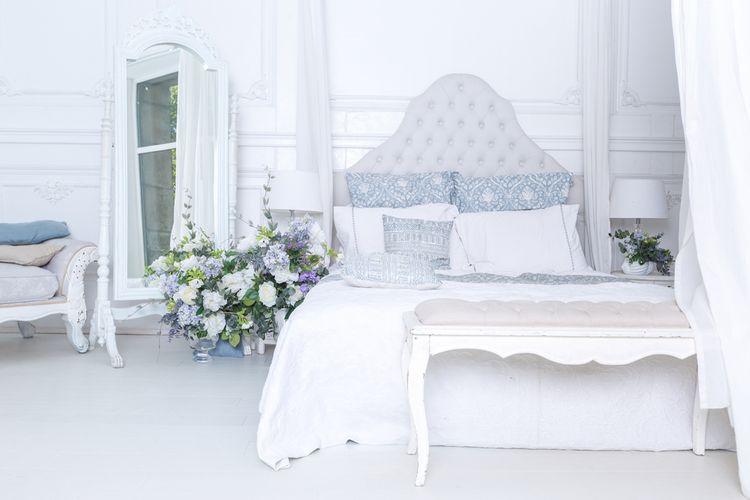 Ložnice s bílou postelí a modrými detaily