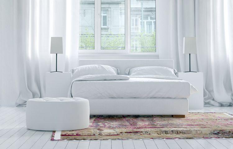 Luxusní bílá ložnice s barevným kobercem