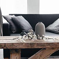 Černý gauč se stane dominantou každého obývacího pokoje