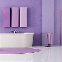 Fialová koupelna - působí luxusně a odvážné