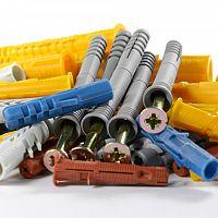 Hmoždinky do cihly, polystyrenu i sádrokartonu: Víte, které a kdy použít?