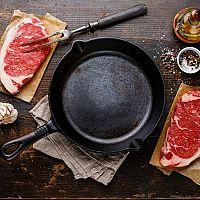 Litinová pánev nejen na steaky: Vyberte si podle recenzí