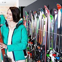 Jak vybrat správné lyže? Při koupi se zaměřte na tyto parametry