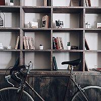 Jak uskladnit a uložit bicykl v bytě? Zavěste ho