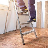 Dřevěný, nebo hliníkový žebřík? Výsuvné porážejí malířské