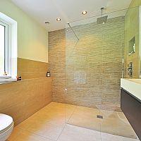 Sprchové zástěny, nebo sprchové dvojkřídlé zalamovací dveře?