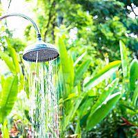 Solární zahradní sprchy se zásobníkem jsou skvělé nejen k bazénům