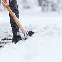 Zimní údržba a odklízení sněhu z chodníků před bytovkou a domem