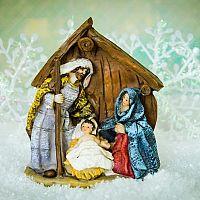 Vánoční betlém jako symbol Vánoc. Populární jsou vyřezávané dřevěné i betlémy s osvětlením