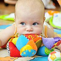 Nejlepší hračky pro batolata a děti do 1 roku? Zvukové hračky a kolotoče nad postýlku těší i nejmenší!