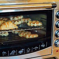 Minitroubu na pečení koupíte i s dvouplotýnkou a mikrovlnkou. Recenzie odporúčajú značky Tefal aj Orava