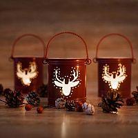 Vánoční svícny se hodí na stoly i do okna. Velmi oblíbené jsou i LED svícny