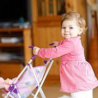 I levný kočárek pro panenky může být kvalitní. Oblíbené jsou retro i proutěné kočárky