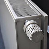 Jak odvzdušnit radiátor, když nehřeje celý