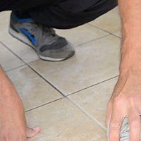 Jak vyčistit spáry v dlažbě nejen v koupelně