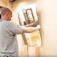 Jak nalepit zrcadlo na stěnu?