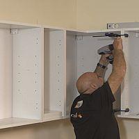 Jak zavěsit horní skříňky v kuchyni