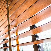 Drevené horizontálne žalúzie v obývačke