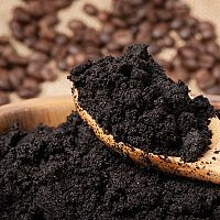 Jak využít kávovou sedlinu? Na celulitidu, květy, vlasy, vrásky i na zahradě
