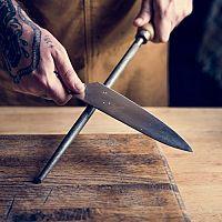 Jak brousit nože? Ocílkou, bruskou či brusným kamenem?