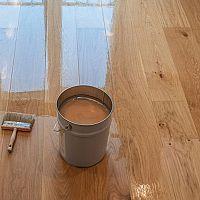 Lak nebo olej na dřevěnou podlahu? Jak natřít dřevěné parkety?
