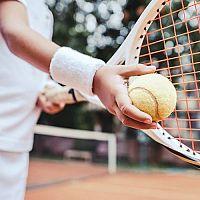 Jaké vybavení na tenis? Rakety, trička, obuv, kraťasy a doplňky