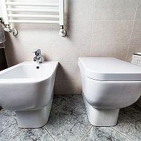 Jak vybrat WC – závěsné, nebo klasické stojící? Rozhoduje cena, rozměry a montáž