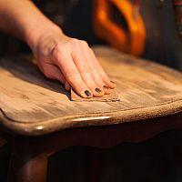 Jak svépomocí zrenovovat starý nábytek? Pomůže i kvalitní včelí vosk
