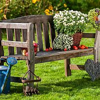 Dekorace na zahradu ze dřeva, kovu a pneumatik