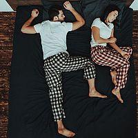 Kam umístit postel: Podle světových stran, pod okno či podle feng šuej?